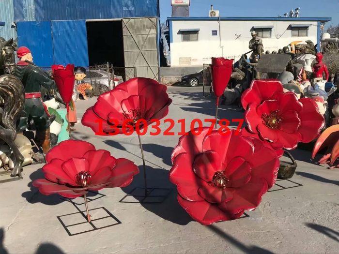 户外铁艺玫瑰花雕塑,颜色鲜艳有光泽,工艺精致