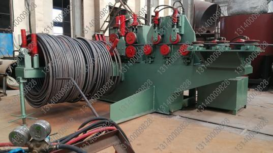 液压开卷放线机是大直径盘圆钢筋开卷放线机专用设备,该机采用液压全自动开卷、变频调速广泛应用到钢筋拉丝调直行业、钢筋加工中心首道生产工艺,小直径盘圆钢筋的开卷放线因线径小于Φ18mm一般要求不高,采用被动式放卷就能到达要求,单对于特殊行业中大于Φ20mm的盘圆用被动式开卷就显得力不从心,放卷后的效果往往达不到拉丝、冷轧或调直的要求。 大直径钢筋开卷机是我公司自主研发生产的一种主动式盘圆开卷机。  全自动液压开卷机采用全自动变频控制系统、液压调整系统、预矫直系统,特别适合Φ20mm-&