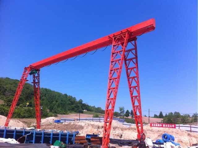 新闻:60吨水渣抓斗√7吨冶金起重机