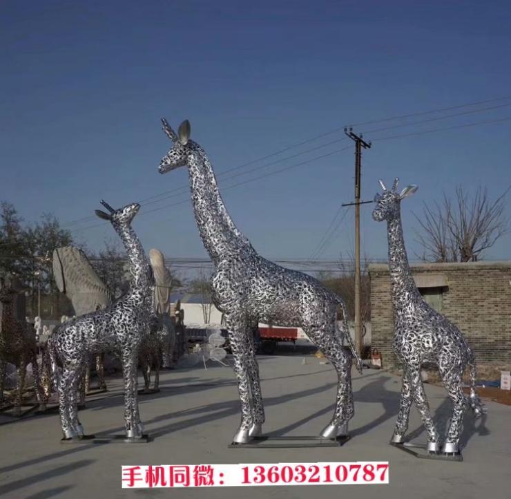 母子长颈鹿雕塑耐腐蚀,铁艺材质镂空长颈鹿设计制作
