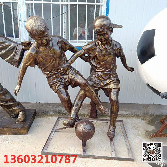 广州定制玻璃钢踢足球人物雕塑 校园人物雕塑