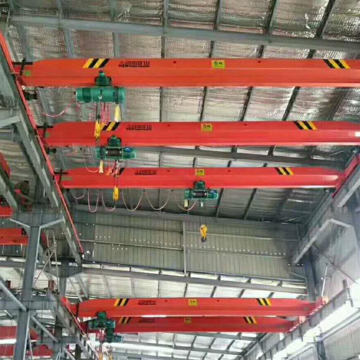 河南卫华新闻:2吨50/10吨18米双主梁包厢门式起