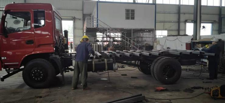 国6拉350型挖机前四后四钩机拖车