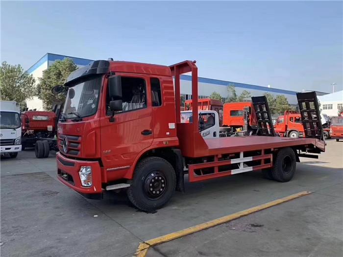 湖北大运平板拖车拉120挖机平板运输拖车