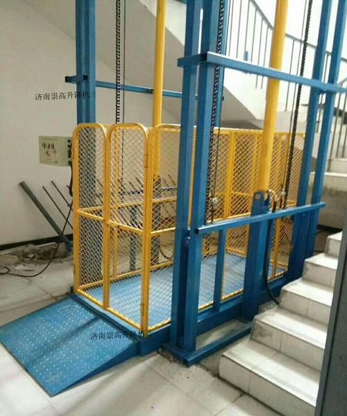 五层导轨式升降货梯上门安装=-昆明五华升降机