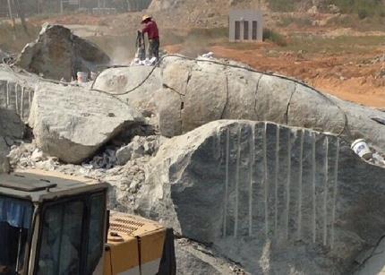 四川专业研发隧道挖掘用无声破碎剂_劈石剂