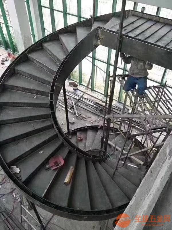 果洛烟囱安装螺旋爬梯公司、客户至上√钢结构防腐公司欢
