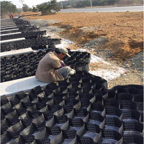 甘肃护坡蜂巢打排水孔土工格室A立体植草护坡土工格室